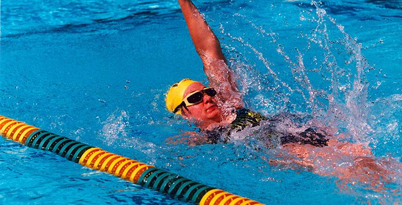 hombre nadando de espalda